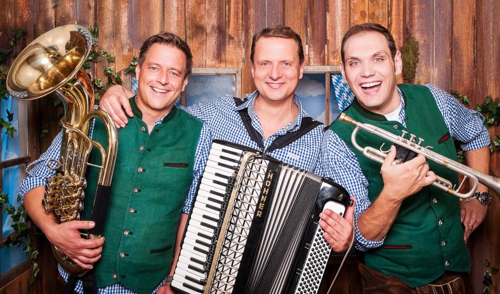 Drei Musiker mit Instrumenten in Tracht