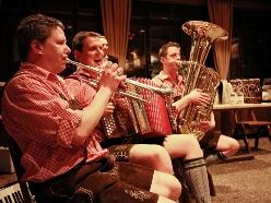 Trio spielt Musik aus Bayern live