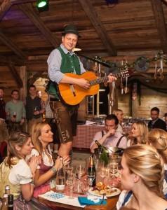 Alleinunterhalter bei einem Oktberfest mit Gitarre in Aktion