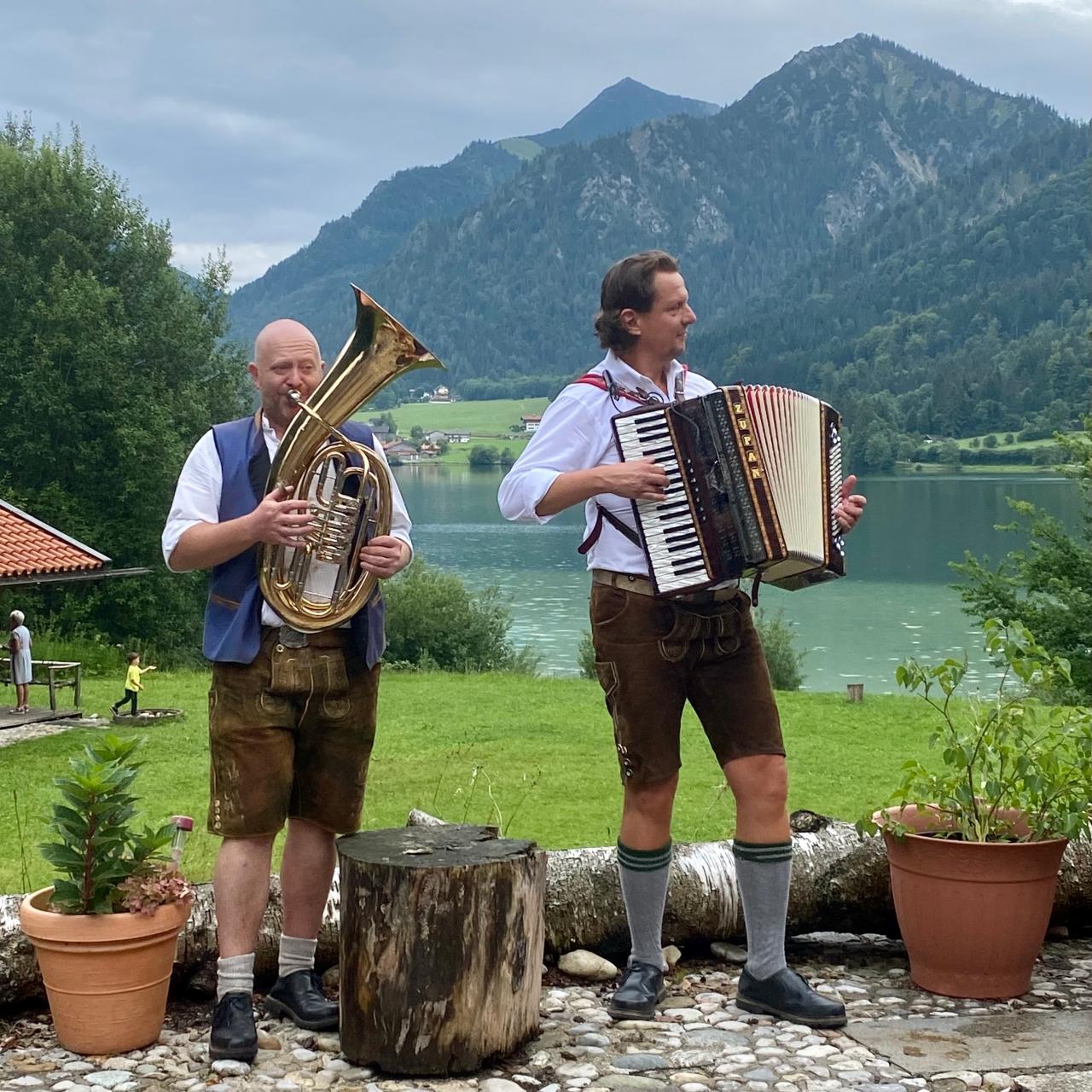 Bayerische Musiker der Partyband Bergvagabunden auf der Insel im Schliersee